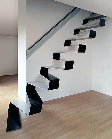 厚さ10ミリの鉄板プレートで出来た美しい階段。