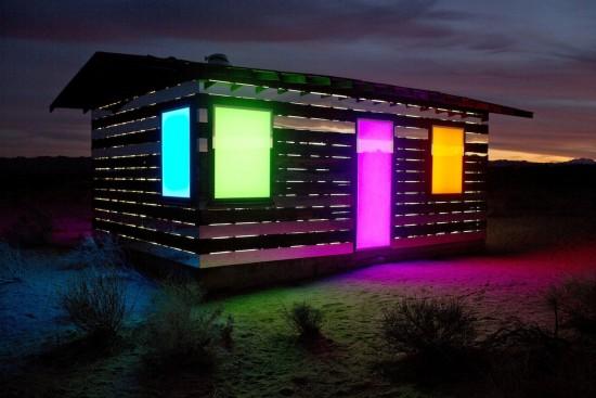 砂漠で朽ち果てていた小屋をリノベーションしてできた幻想的な家