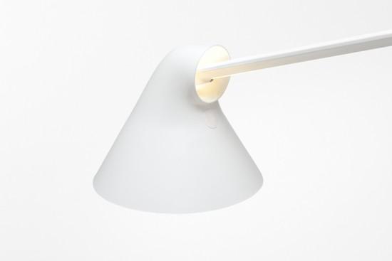 煙突のように光と熱が流れる デスクランプ「NJP table」