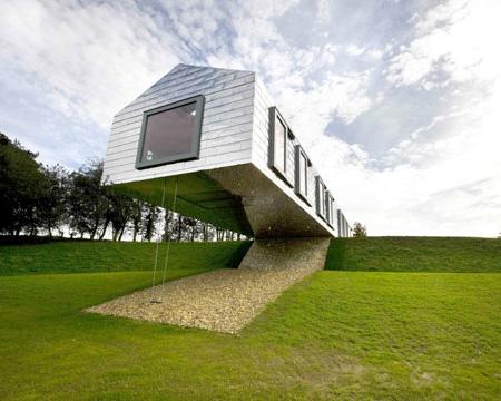 絶妙なバランスで建っている家「Balancing House」
