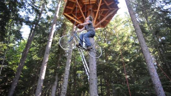 ツリーハウス用の斬新な自転車エレベーター