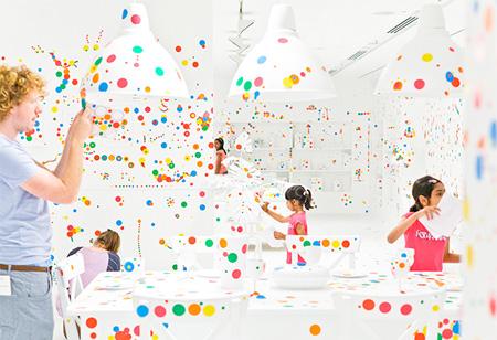 草間彌生氏による真っ白い部屋に水玉のシールをぺたぺたと貼っていくことでデコレートしていく部屋