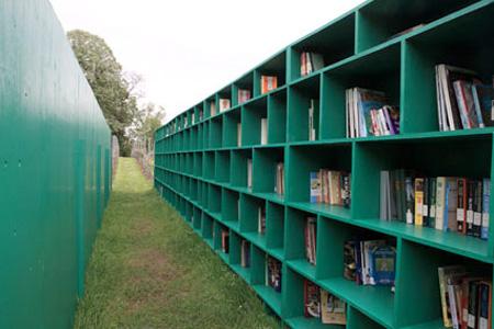 外にある図書館