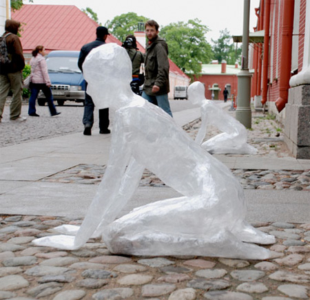 テープでつくった不思議な彫刻