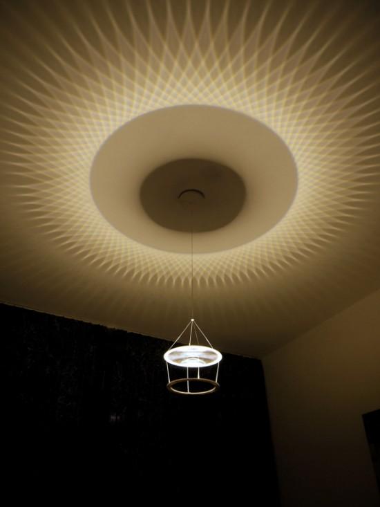 部屋の天井に多角形の模様を写し出す照明「Star Polygon lamp」
