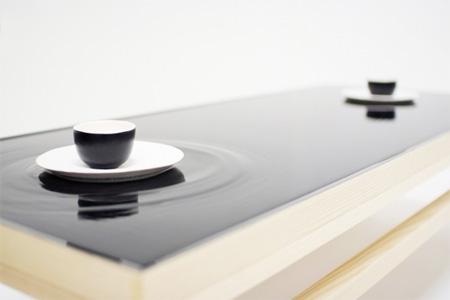 コーヒーカップを置くと波紋が出るテーブル