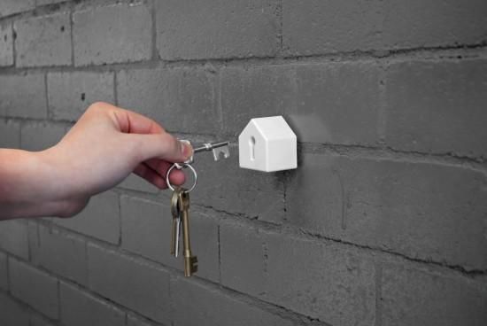 カギ穴に差し込むタイプのキーホルダー「Key and house-shaped keyholder」