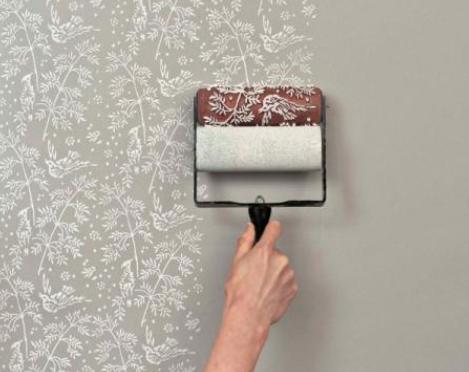 ローラーを転がすだけで素敵な壁にすることが出来るアイテム。