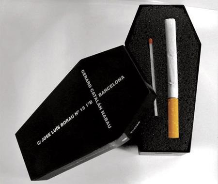 お墓の形の箱に入っているタバコ