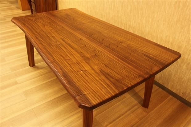 むく材のテーブル