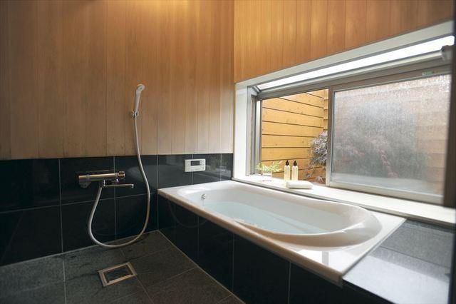 低い位置にある窓の浴室