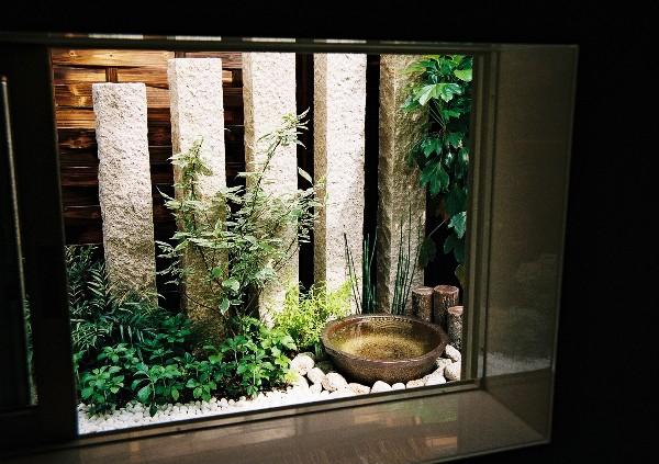 庭園の見える浴室
